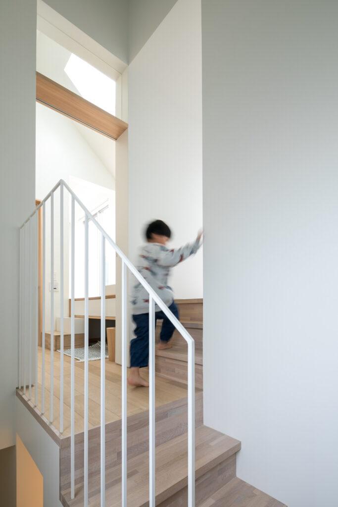 キッチン側にも階段があり、グルリと回遊できるしかけ。