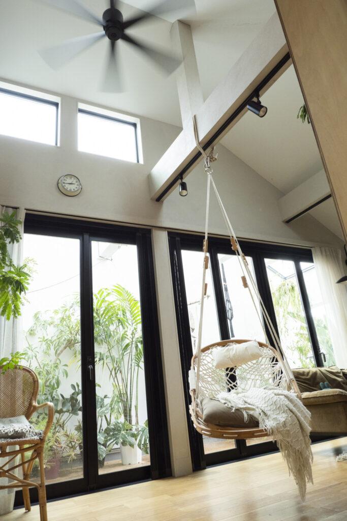 西側の高窓と掃き出し窓。午後の日差しを優しく取り入れる。梁を出した天井高は5m近くある。