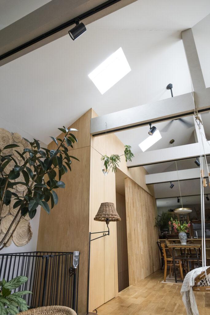 東側の天窓。三角屋根の傾斜を利用し、2か所に設けた。午前中の光がたっぷり入るよう計算されている。