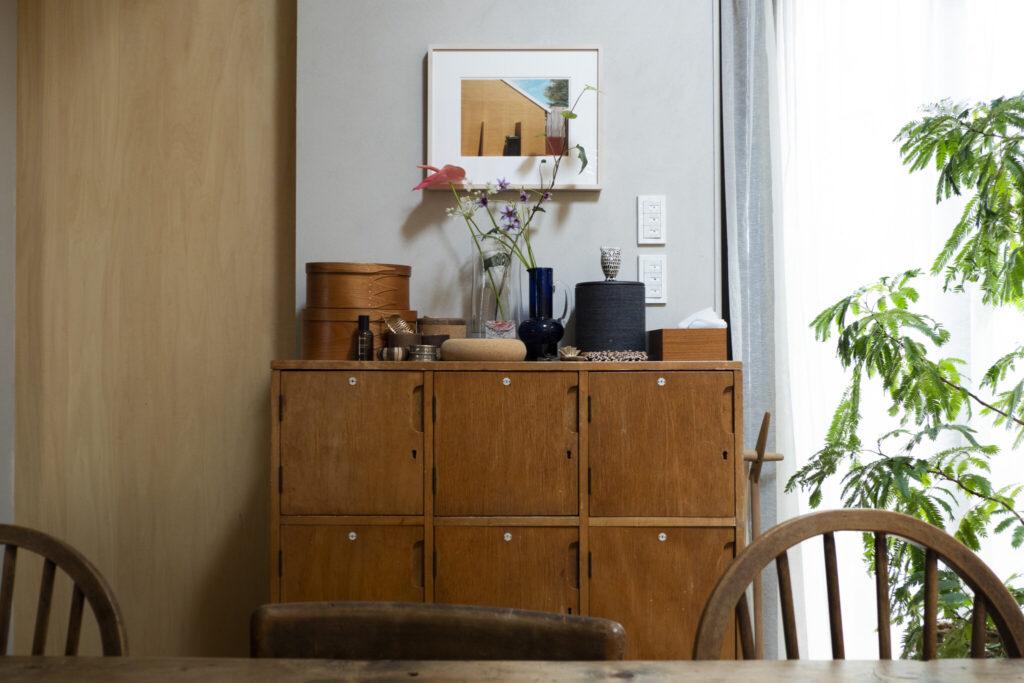 もとは小学校のロッカーというビンテージの棚。「子どもの勉強道具や小物類など生活感の出るものはここに隠します」(安樹子さん)。エバーフレッシュの奥に切り花を飾り、奥行き感を演出。