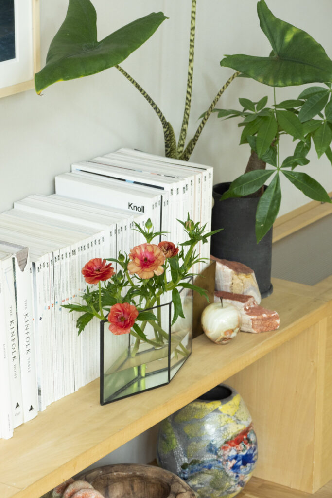 「背表紙のきれいなインテリア雑誌を並べています」と礼人さん。切り花とグリーンを前後に置いてアクセントに。