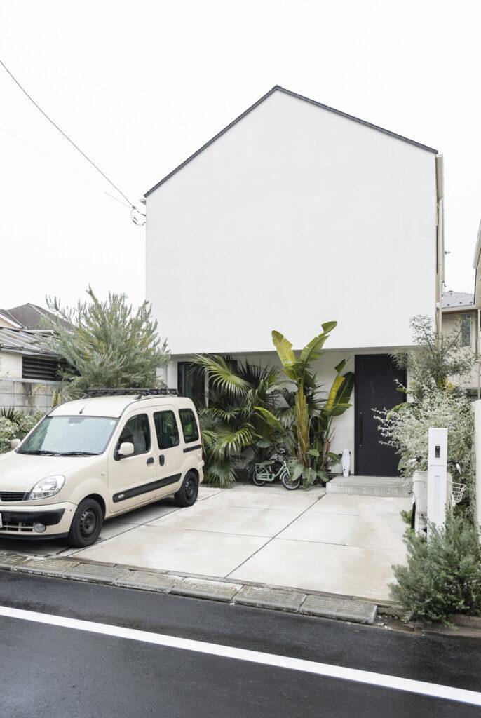 都内の閑静な住宅街に建つ。「三角屋根に憧れていた」と礼人さん。玄関前の植栽は、アジアやオーストラリア、南アフリカなど産地はさまざま。