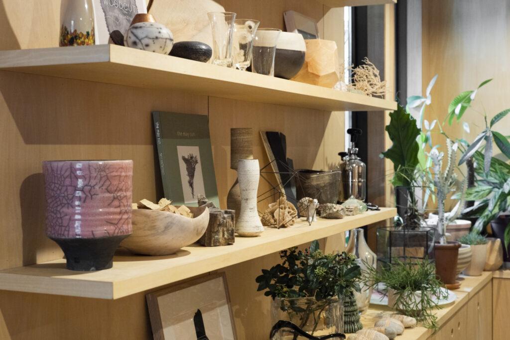 天然石やユニークなフォルムの花器など礼人さんのコレクションを陳列。「木と石と土など天然素材のものは相性がよく、あたたかい空気感になりますね」(礼人さん)。