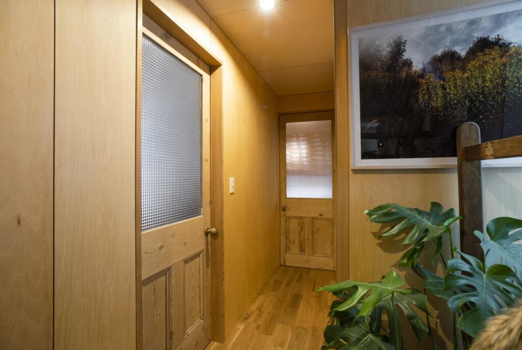 アンティークの建材を扱う『PINE GRAIN』で購入したフランス製の扉。圧迫感を抑えるために上部はくもりガラスに変更。