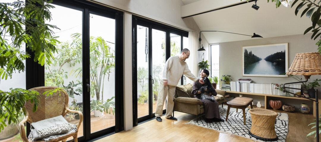 """プロが伝授する""""植物が育つ家 使い込まれた家具と 花と緑に彩られた暮らし"""