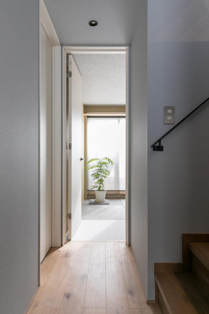 廊下から西側の和室を見る。窓から差し込む光によって、空間が心地良い明るさに。
