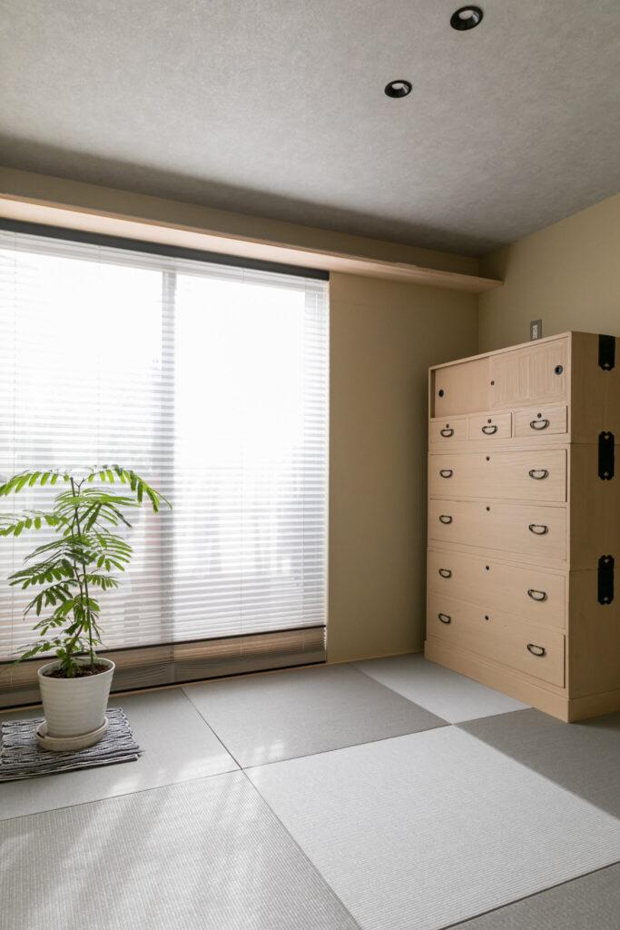 モダンテイストな設えの和室。「桐箪笥を置くことも考慮して、家全体のバランスを考えた和室にしたいと思っていました」(奥さま)。