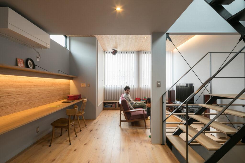 吹き抜けを兼ねた階段と東西方向の抜けによって、開放的で明るい2階LDK。床材にはアルダーを採用し、温かみのある雰囲気に。「Iさんがもともと持たれていた家具や家電製品のテイストと合うような床材を選びました」と井上さん。