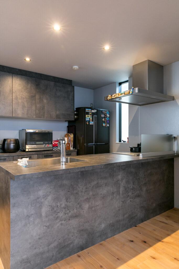 収納が多く使い勝手の良い「GRAFTEKT(グラフテクト)」のキッチンを導入。