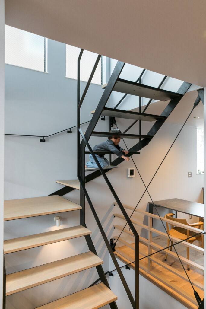 開口部からの光が、可能な限り薄く華奢なつくりにしたという階段のすき間から差し込み、家全体を明るくする。