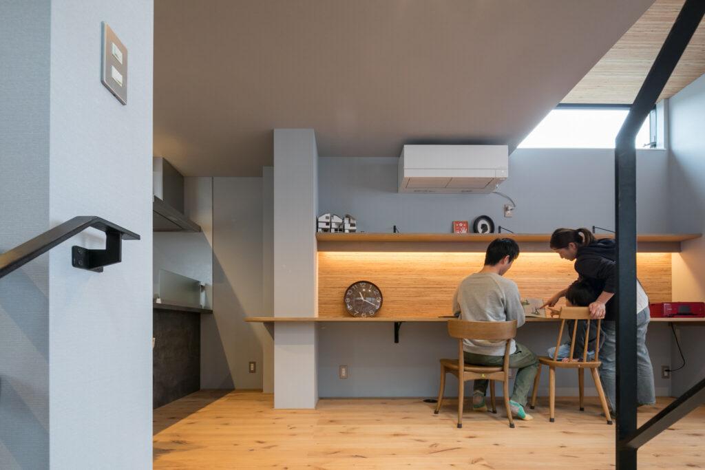 将来的にご長男の勉強用スペースとして活用するために設けたワークスペース。自然の温もりを感じられるように木の素材で設えた。