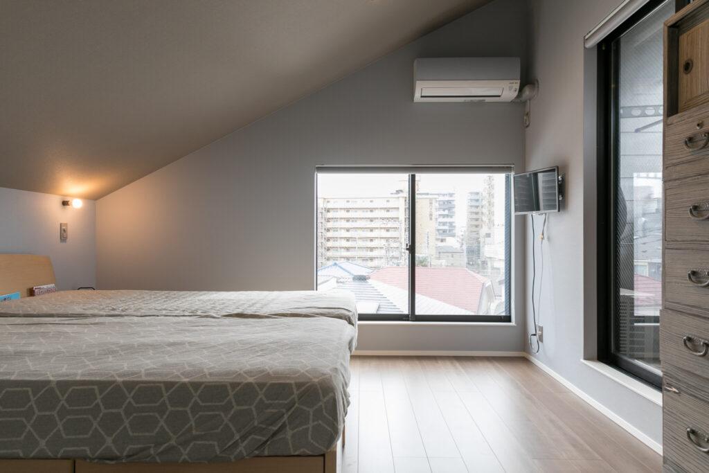 屋根の形状を活かした勾配天井が特徴的な3階寝室。南側にベランダを設けている。