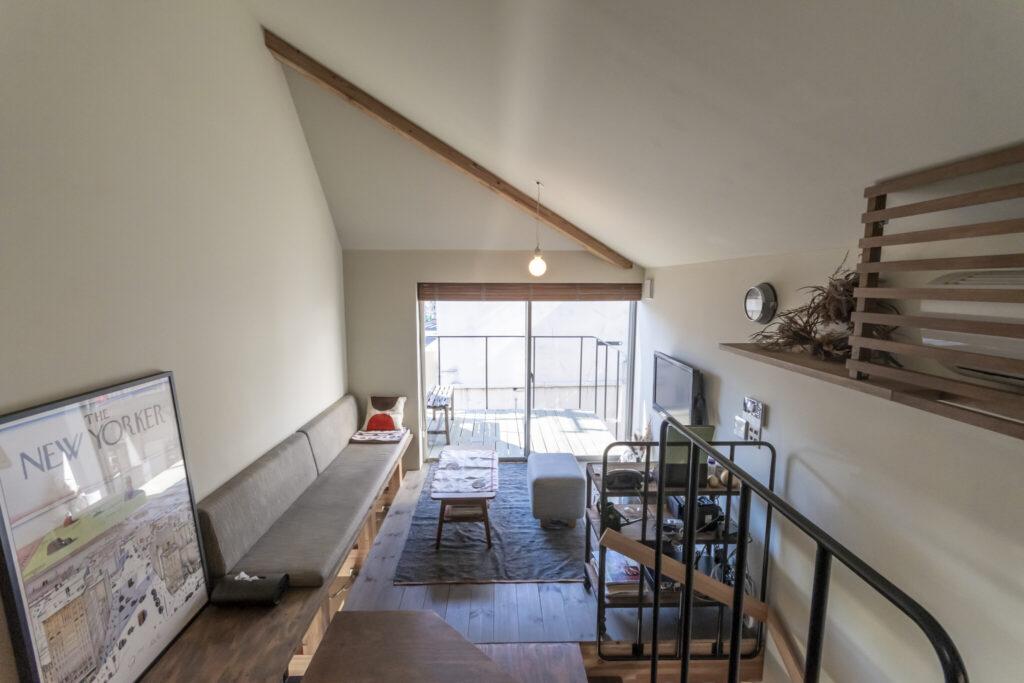 ダイニングキッチンのレベルから見る。窓を開けると室内の床がベランダにまで延長するような感覚があり実際以上に広く感じられるという。左はスタインバーグによって描かれた雑誌『ニューヨーカー』の表紙をポスターにしたもの。