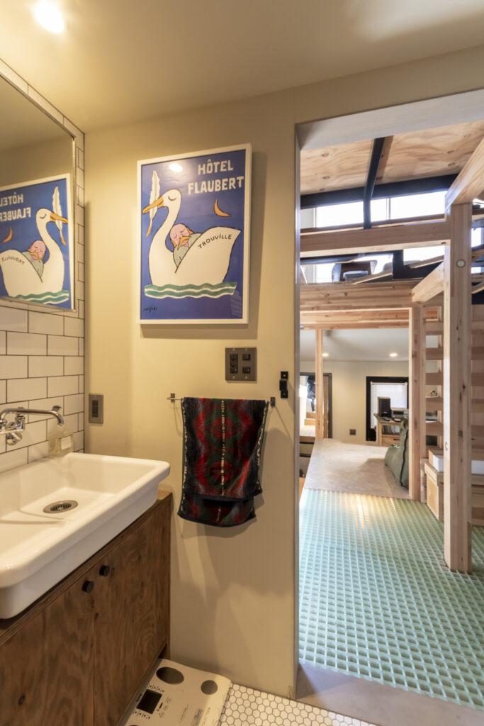 水回りスペースから玄関を見る。壁にかかっているのはサヴィニャックによるホテル・フロベールのポスター。
