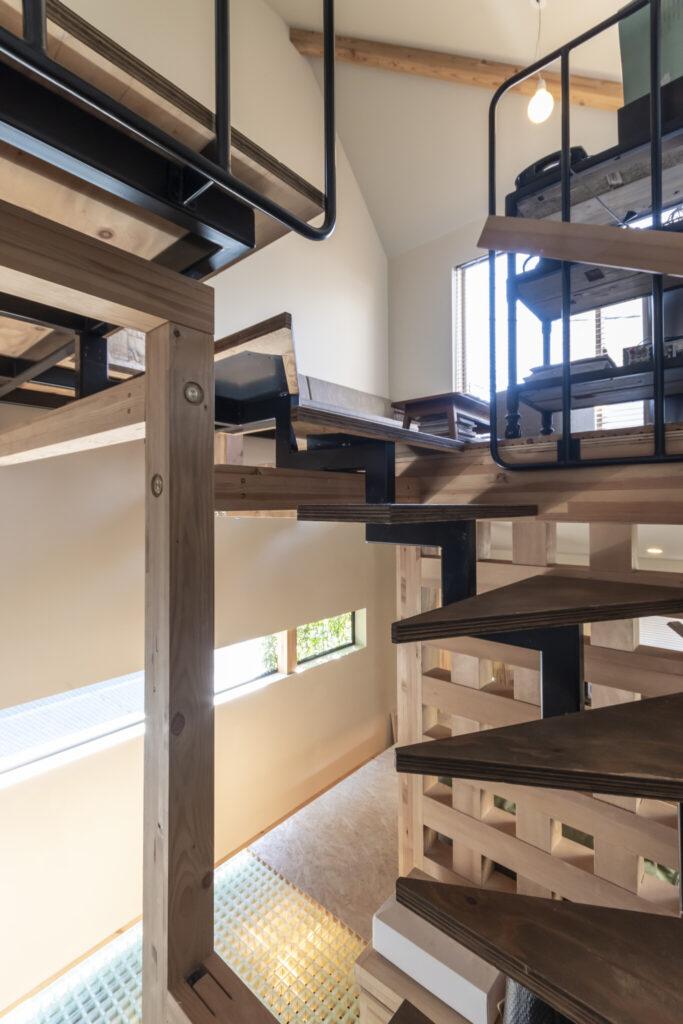 階段は踏み板をスチールでつないだデザイン。蹴込み板がないため光が抜け圧迫感もない。