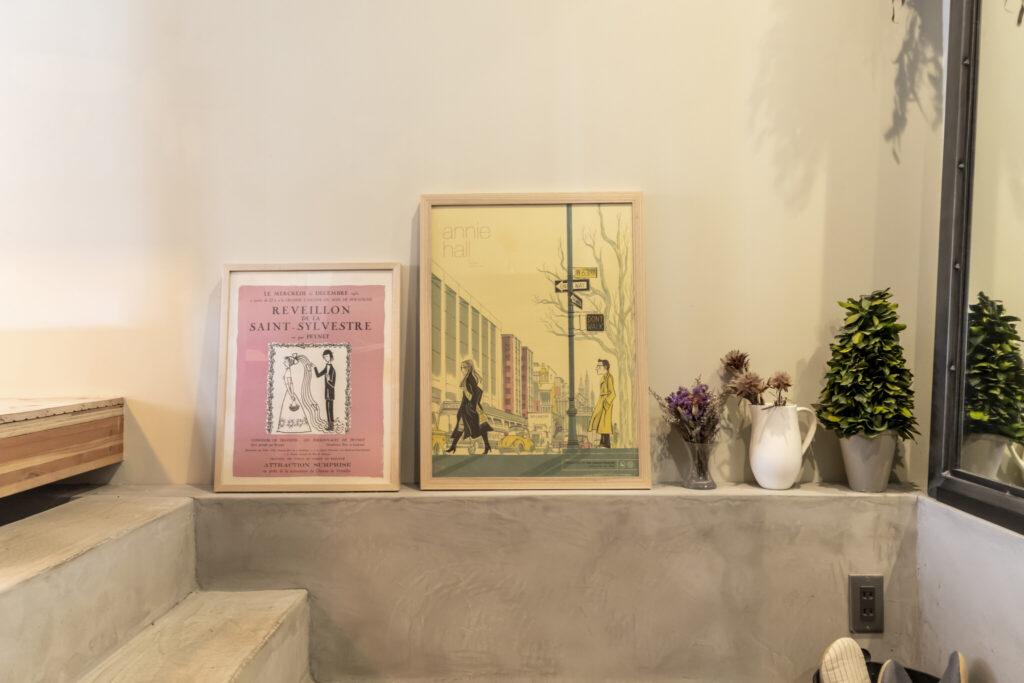 玄関近くにも額装されたポスターが置かれている。右はW.アレンの映画『アニー・ホール』から材を取って描かれたもの。