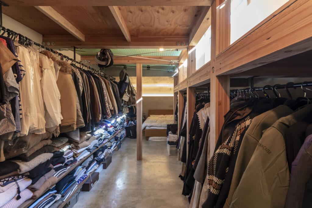 ぎっしりと洋服の詰まった半地下のスペース。すこし量を減らせばショップのディスプレイのようになるだろう。