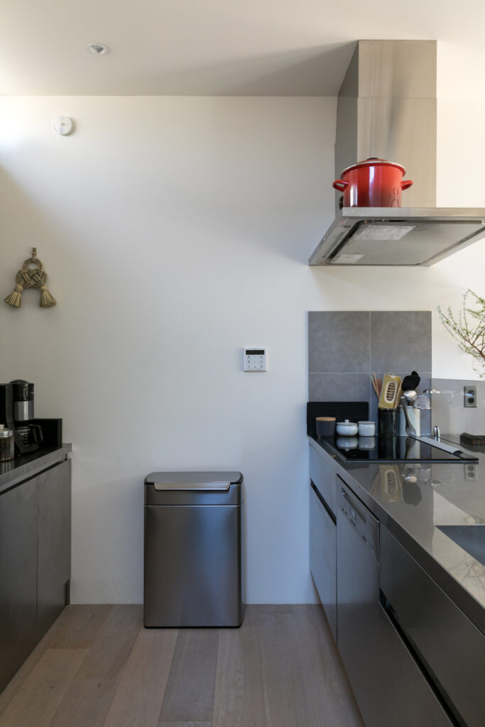 ステンレスのキッチンに置くダストボックスも、スタイリッシュなシルバーの『シンプルヒューマン』のものをチョイス。