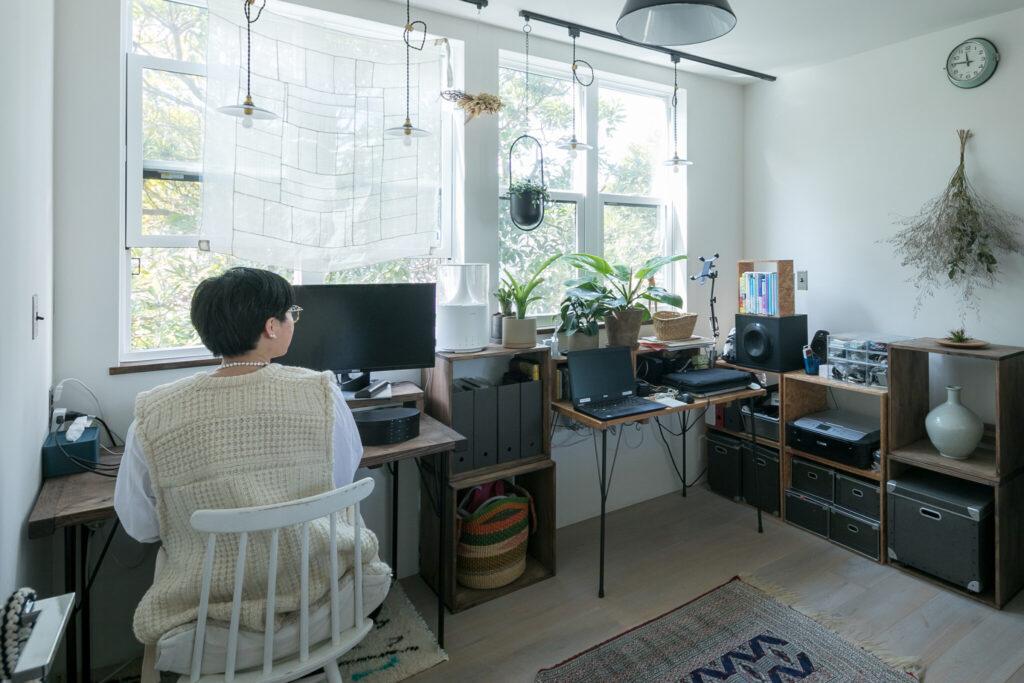 外資系企業にお勤めの尚江さんは、ほぼ100%リモートワークになったのだそう。「私はこの部屋で、フルリモートではない夫は主にリビングで仕事しています」。この部屋のほとんどの家具は敬さんがDIYしたもの。