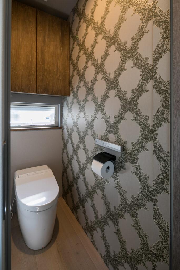 トイレは大胆な柄の壁紙を貼った。1階と2階のトイレで壁紙の柄を変えて楽しんでいる。