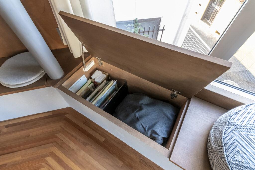 2階の出窓の下部はすべて収納となっているため、収納力もたっぷり。