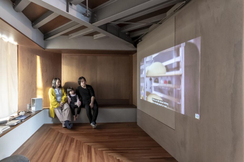 4階では、遮光カーテンを引き、プロジェクターで壁に映し出した映像を家族で楽しむことも。出窓に腰掛けて鑑賞できる。