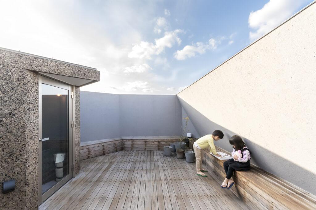 2.2mの壁を設けているため、子どもたちだけで屋上に出ても安心。屋上にもぐるりと出窓を設け、気候が良いときには、アウトドアリビングとしても活用。