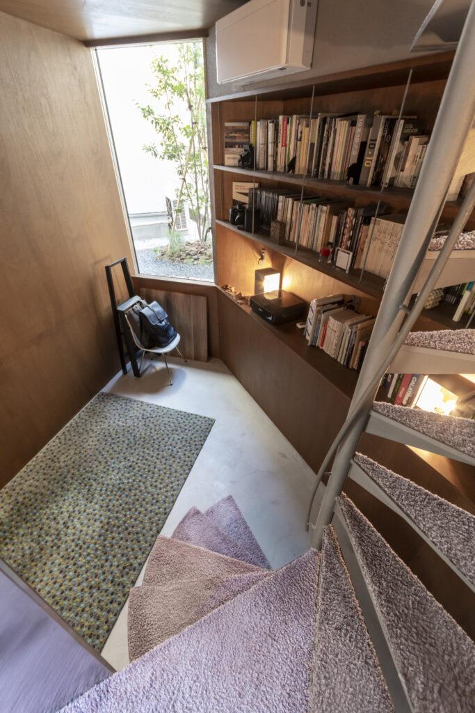 地面から1m掘り下げた空間。床はモルタル仕上げ。外部の空きスペースには植栽を。