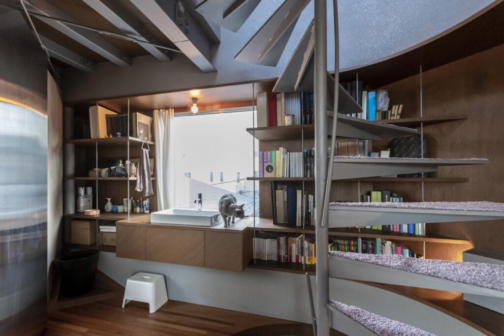 東側の出窓を利用し、洗面スペースを設置。「水廻りだけで閉じずに他の空間と一体にするアイデアは、ホテル設計での経験が活かされています」(悠子さん)。