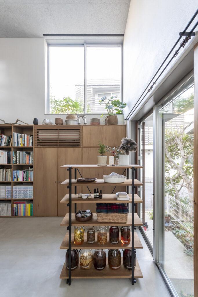 玄関部分と吹き抜けスペースとを「やんわりと領域を分ける」ためにつくられたオリジナル家具。