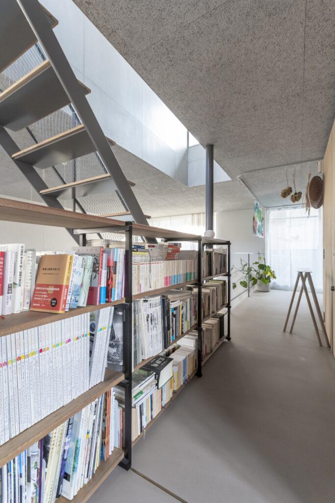 中2階のこの家具もこの家のためのオリジナル。建築関係のものを中心にぎっしりと本が収められている。