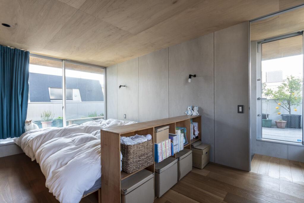 2階の寝室。大きめの開口が取られている。右端のガラス戸を通して屋根庭が見える。