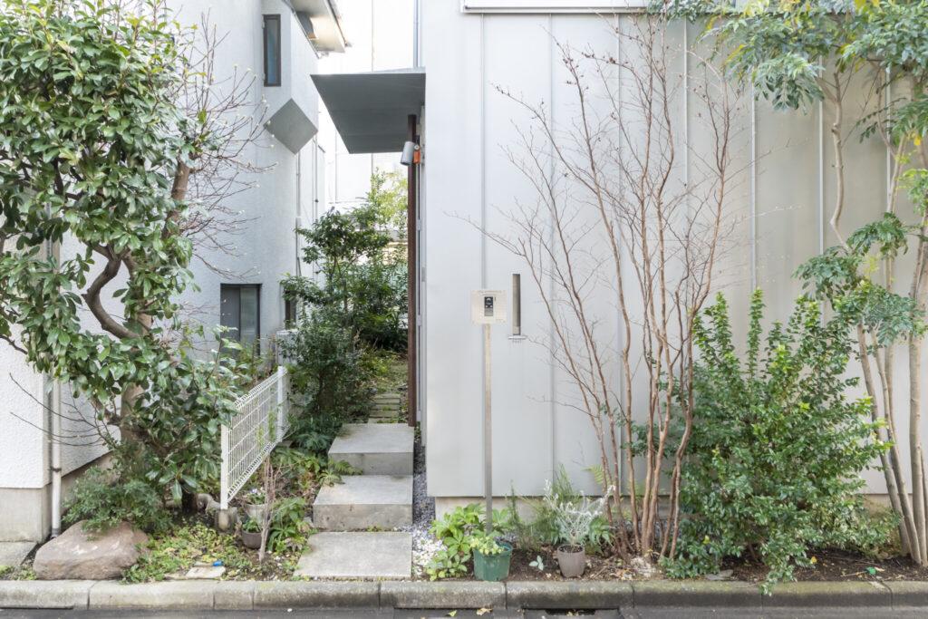 階段を上がったところに玄関がある。その先が路地庭。