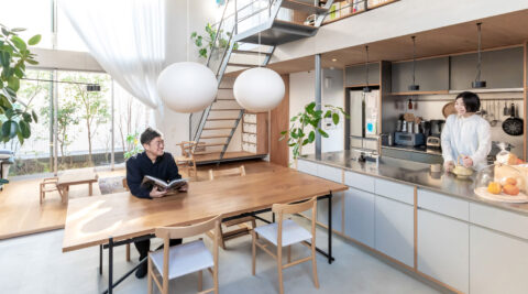 """""""路地庭""""と""""屋根庭""""のある家 吹き抜けの窓を開けると心地の良い半屋外空間に"""