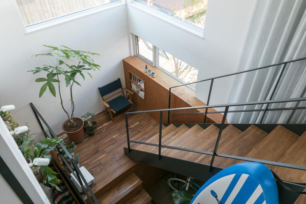 明るい階段の踊り場が第2のリビング。