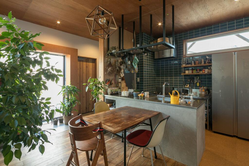 キッチンはステンレスの天板+モールテックス。背面のレンジ台は業務用の『マルゼン』をチョイス。「業務用にしたことでかなりコストカットできました」