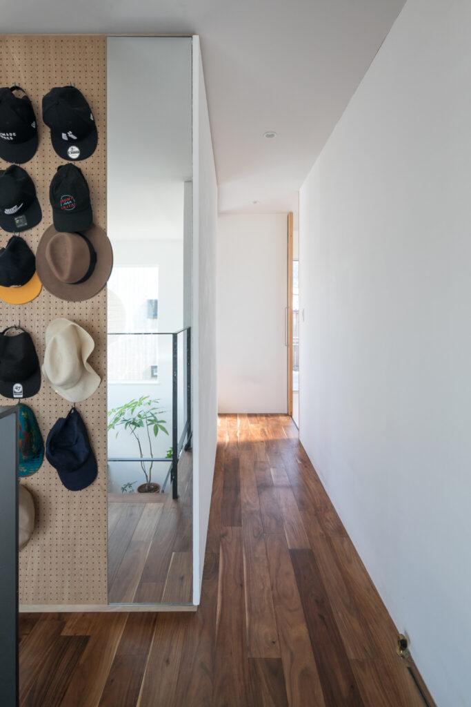 2階のクローゼットの壁の一部を有孔ボードにし、帽子をディスプレイ。