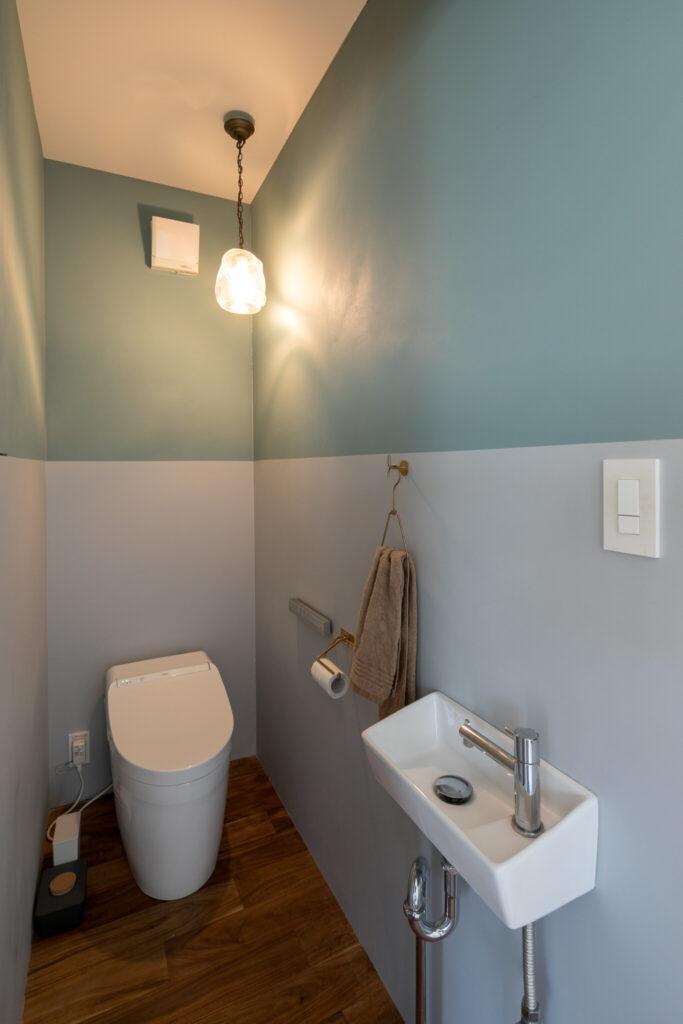 トイレの壁はdDIYで2色に塗り分けた。