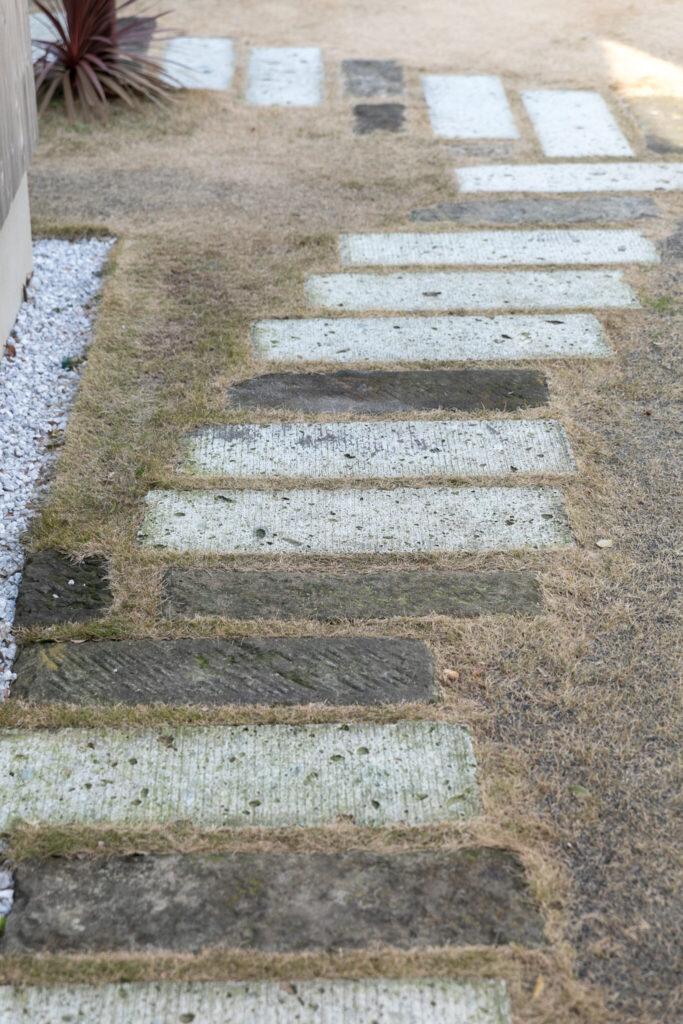 〈森戸川ヴィレッジ〉内の大谷石の踏石。以前からここにあった古いものと新しいものをリズミカルに配置している。