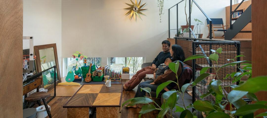葉山の自然を楽しむ家 階段の踊り場が第2のリビング ウクレレや読書が楽しい