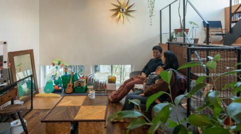葉山の自然を楽しむ家 階段の踊り場が第2のリビングウクレレや読書が楽しい