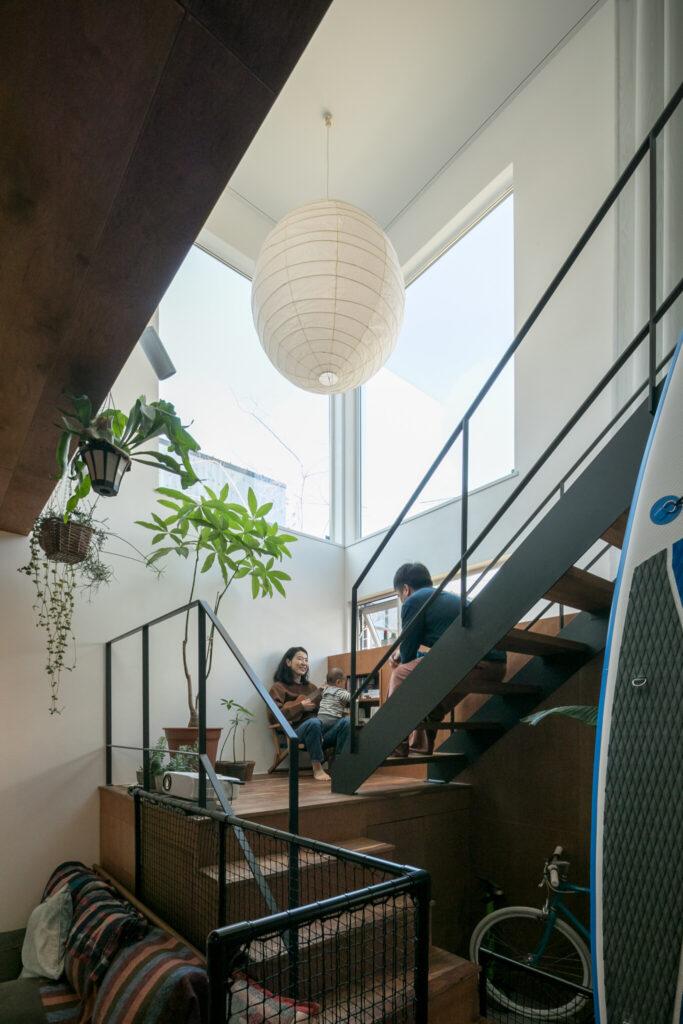 「念願の大きなイサム・ノグチの『アカリ』を使うことができました」。階段下は収納にスペースとして有効活用。
