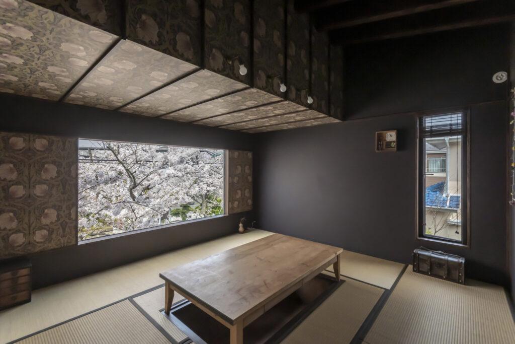 窓側の天井を下げ、和室の巣籠感を演出。掘りごたつの机は、ここにはまるサイズでオーダーした。