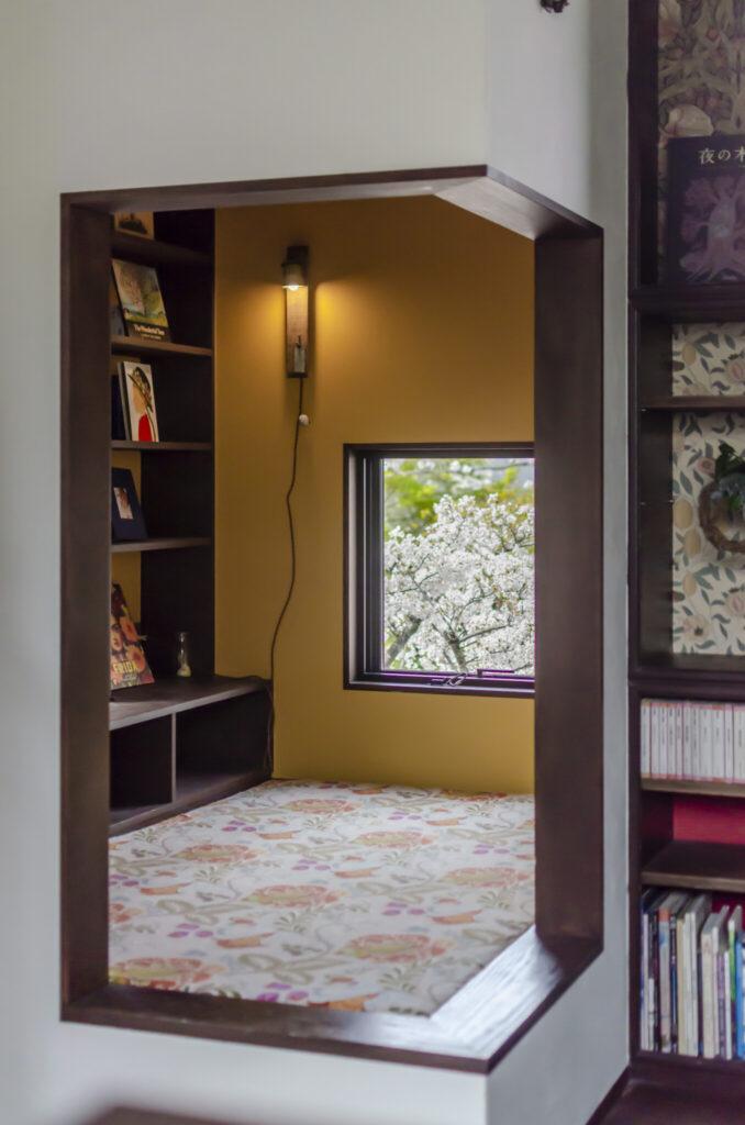 """目の前に桜が広がるヌックスペース。「本が読める広めの出窓として""""ブックヌック""""を希望しました」(奥さま)。現在は主に息子さんの遊び場になっているそう。"""