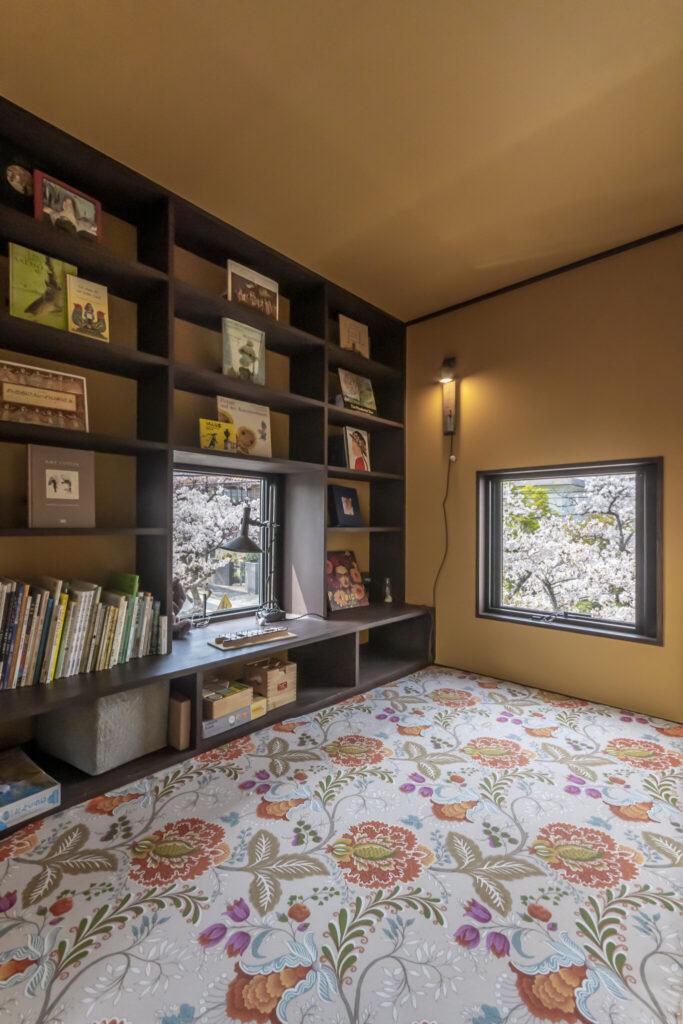 ドイツの可愛らしい絵本をディスプレイ。床に敷いた美しいマットレスカバーは知人のカルトナージュ作家から布を仕入れ、布団屋にオーダーしたもの。