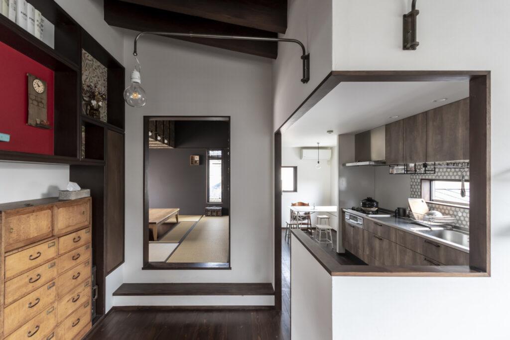 一段高くなった和室(正面)、キッチン(右)の出入り口も、額縁のように風景を切り取っている。
