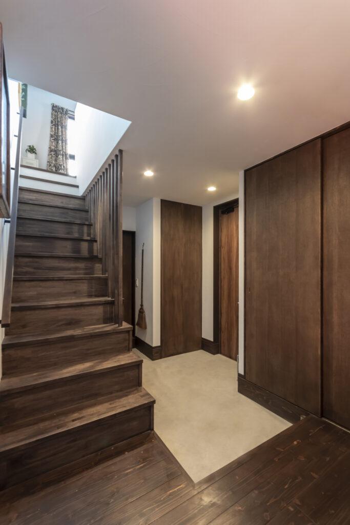 モダンな外観とは打って変わり、玄関に入ると古民家風の落ち着いた空間が広がる。