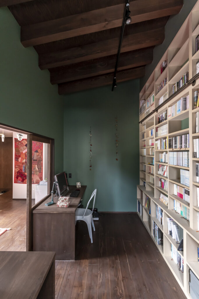 大学教員のご主人は蔵書が多いため、天井まで続く壁一面の本棚をリクエスト。