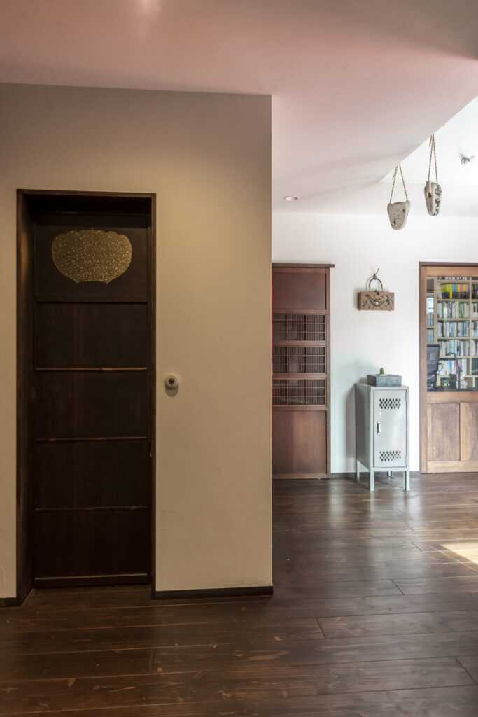 客用トイレ(手前)と奥左の建具はアンティーク。奥右の書斎の引戸は造作。古い建具は寸法が異なるため、微妙に板戸の高さが異なっている。