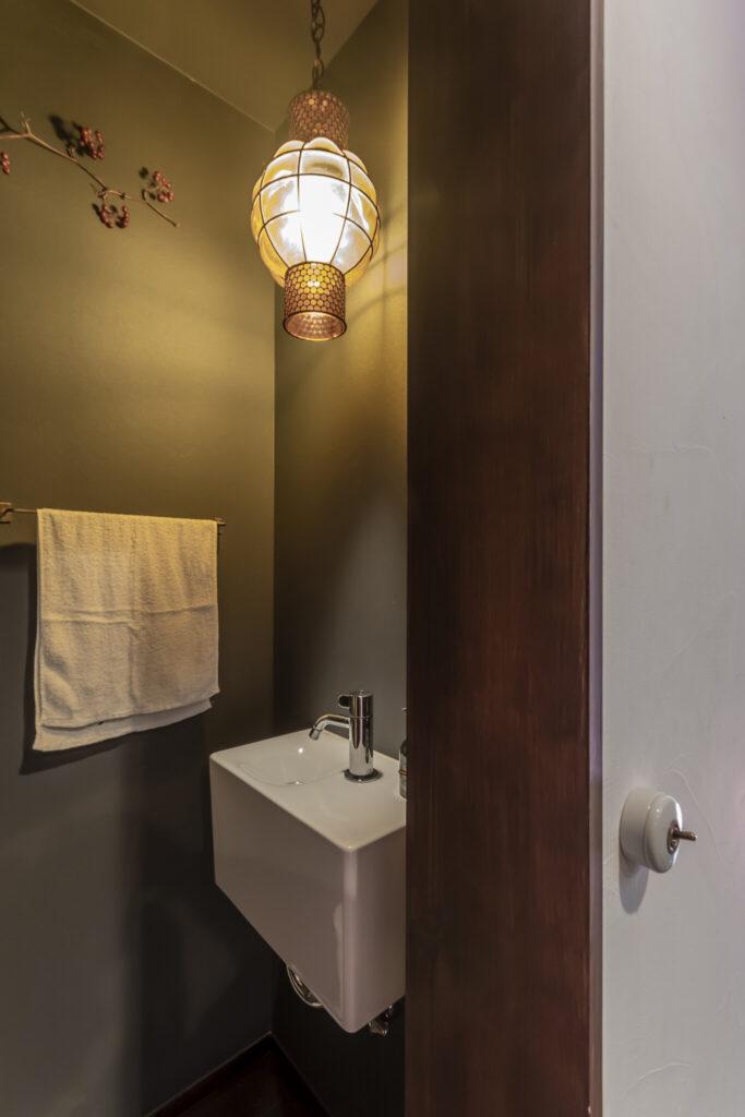 客用トイレ。トグルスイッチやランプがレトロな雰囲気。